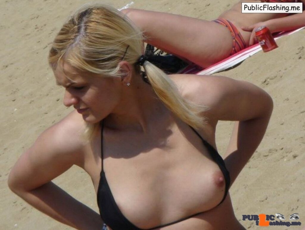Nip slip accident on the beach Public Flashing
