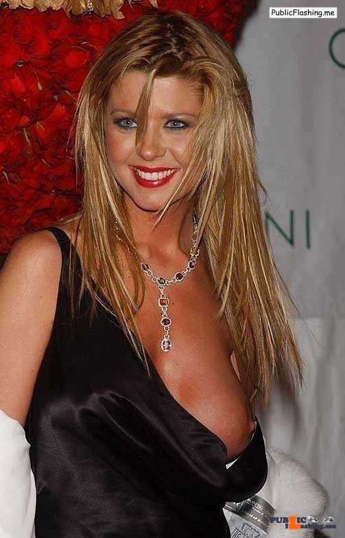 Celebrity nipple slip accident Tara Reid VIDEO