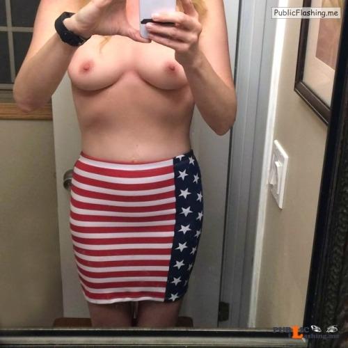 No panties adventurousanalslut: Lees verder This deserves a few more... pantiesless Public Flashing