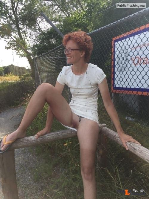 No panties adrif01: Gewoon even een voorbijganger laten passeren pantiesless Public Flashing