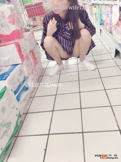 publicwife123: 爱光屁股的骚妻 flashing in public picture Public Flashing