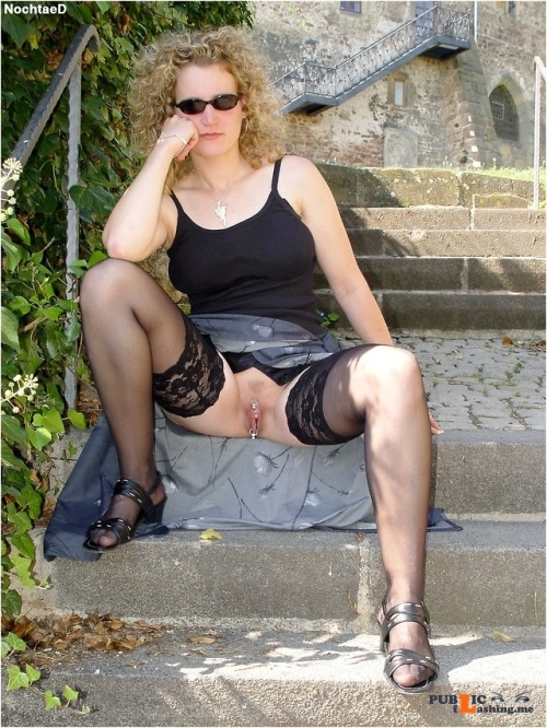 No panties alistergee: Die Treppe pantiesless Public Flashing