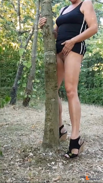 No panties flashthatmeat: If i were a tree…………….. pantiesless Public Flashing