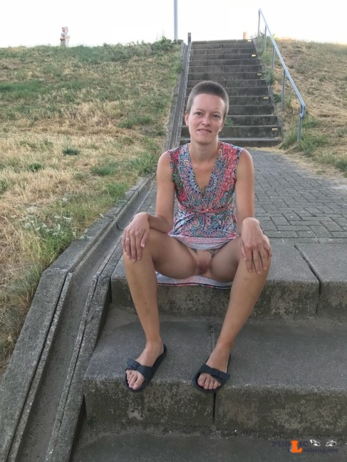 No panties adrif01: Onze avondwandeling pantiesless Public Flashing