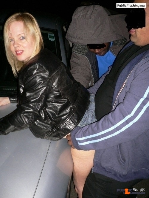 Ass flashing strangers4sex: Reblog to have sex with a Mum??…