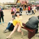 onenightinbj: sarwono88:Flashing in crowded. 她在丛中笑 佳佳外拍 flashing in public picture