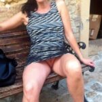 No panties avereunamoglietroia: in giro a far compere….ops credo di aver… pantiesless