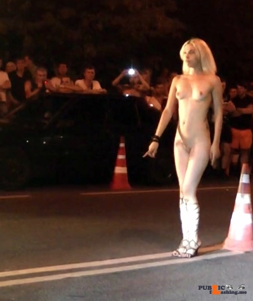 Public nudity photo omg-l00k-at-me: streakers: Naked Outside Looks like the starter…